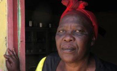"""Rrëfimi i jugafrikanes, fitoi epitetin e """"luaneshës"""" pasi mbyti njërin nga përdhunuesit e bijës së saj dhe plagosi dy tjerë (Video)"""