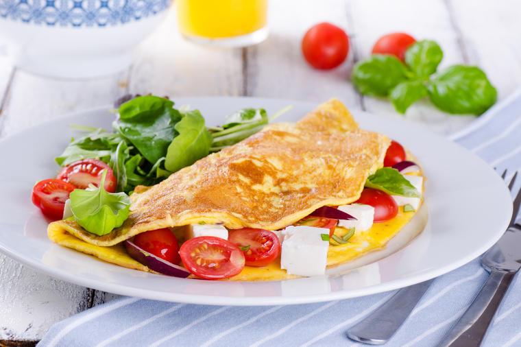 Omëletë pranverore me domate, rrika dhe djathë do të jetë kafjalli juaj më i pëlqyer!