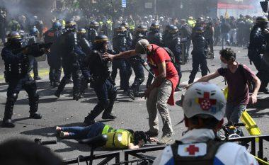 """Ndizet sërish Parisi, së paku 126 """"jelek-verdhë"""" të arrestuar pas përleshjeve të dhunshme me policinë (Foto/Video)"""