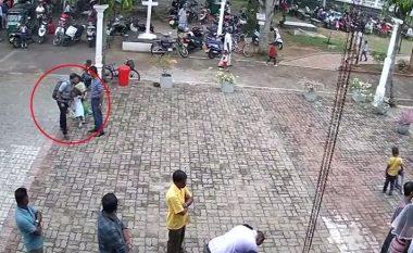 Përkëdheli vajzën e vogël, pastaj hodhi kishën në erë – pamjet nga Shri Lanka që kanë marrë vëmendjen e të gjithëve (Video)