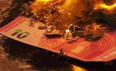 Fshehu 40 mijë euro në furrë për t'iu ikur taksave, e fejuara ia djeg duke pjekur ëmbëlsirën