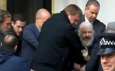 """""""Nuk u dorëzua me lehtësi"""": Dalin detaje të tjera rreth arrestimit të Julian Assange (Foto/Video)"""