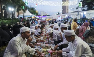 Zyrtarët shtetëror maskohen si kamerier, për të parë nëse myslimanët në Malajzi po e agjërojnë Ramazanin