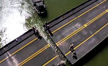 Pamje që tregojnë se si marinsat amerikanë për pak minuta ndërtojnë urën mobile mbi lumë (Video)