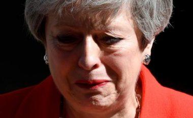 Theresa May paralajmëron dorëheqjen si kryeministre, shpërthen në lot gjatë fjalimit (Video)
