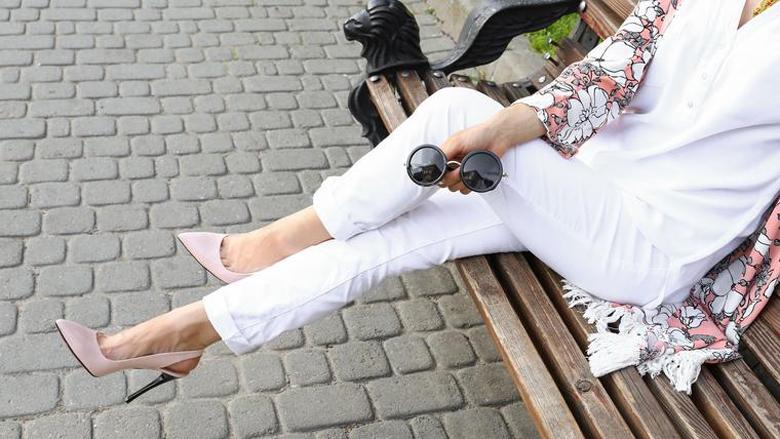 Xhinse të bardha: Si kombinohet trendi më i madh stinor!