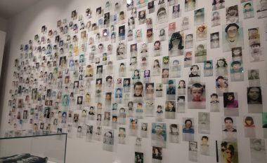 """""""Na ishte njëherë që kurrë mos qoftë"""", ekspozita kushtuar 1133 fëmijëve të vrarë dhe të zhdukur gjatë luftës së fundit në Kosovë (Video)"""