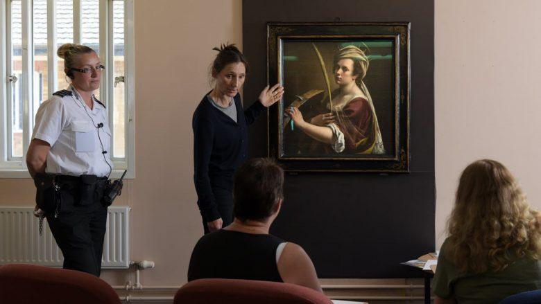 Artistja Jo Lewis pranë pikturës së famshme, në debat me të burgosurat