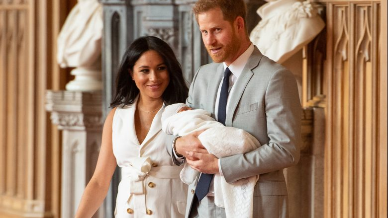 Princi Harry, Duka i Sussex-it dhe Meghan, Dukesha e Sussex-it, me djalin e tyre të porsalindur Archie Harrison Mountbatten-Windsor (Foto: Dominic Lipinski – WPA Pool/Getty Images/Guliver)