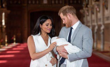 Çiftit mbretëror pozon për herë të parë me djalin e tyre