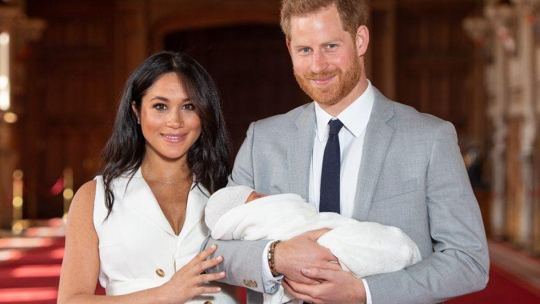Princi Harry, Duka i Sussex-it dhe Meghan, Dukesha e Sussex-it, me djalin e tyre të porsalindur Archie Harrison Mountbatten-Windsor (Foto: Dominic Lipinski - WPA Pool/Getty Images/Guliver))