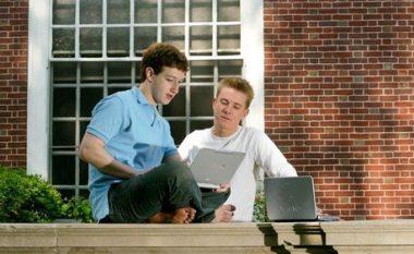 """E themeluan bashkë me Mark Zuckerbergun, Chris Hughes befason me deklaratën: Është koha për ta """"shpërbërë"""" Facebook-un"""