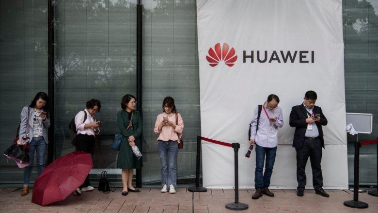 Punëtorët duke pritur para zyrës së Huawei | Foto: Kevin Frayer/Getty Images/Guliver