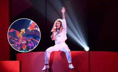 """Rita Ora pushton """"The O2 Arena"""" të Londrës, interpreton si akrobate në ajër"""