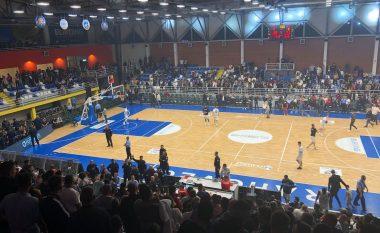 Ndërpritet ndeshja Rahoveci-Prishtina, një tifoz futet në fushë dhe sulmon Edmond Azemin