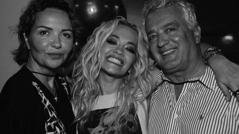 Rita me prindërit e saj (Foto: Instagram/ritaora)