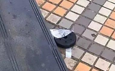 Derisa po ecte afër një ndërtese të lartë, i bie disku i hekurt mbi kokë - kinezja i shpëton vdekjes (Video, +18)
