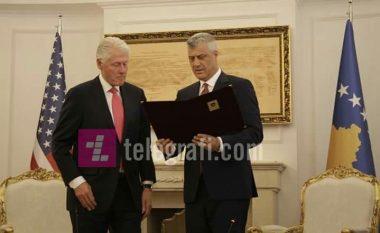 """Thaçi dekoron ish-presidentin Clinton me medaljen """"Urdhri i Lirisë"""": Ju jeni heroi ynë!"""