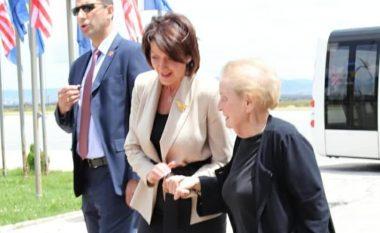 Arrin në Kosovë Madeline Albright, pritet nga ish presidentja Jahjaga