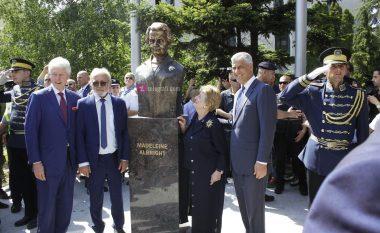 Përurohet busti i Madeleine Albright: Jam shumë e nderuar, ky vend do të thotë shumë për mua