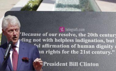 """Pllaka në bulevardin """"Bill Clinton"""" tregon një citat nga fjalimi që ish-presidenti amerikan e kishte thënë më 1999, pas sulmeve të NATO-s (Foto/Video)"""