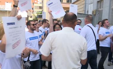 PDK nuk lejon shoqërinë civile të vendos pankartat te selia e tyre (Video)