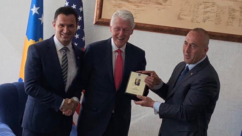 Kryeshefi Ekzekutiv i Postës së Kosovës, Sejdi Hoxha, së bashku me kryeministrin Haradinaj, i dhuruan pullën e parë postare të punuar në bronz me imazhin e Bill Clinton