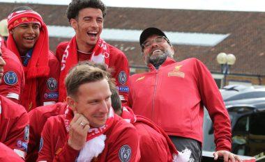 Nuk mund të mungonin edhe anët komike të paradës së Liverpoolit - Klopp për pak sa nuk u rrëzua nga autobusi