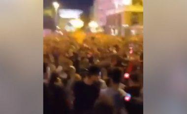 Mbrëmë jehuan këngë kundër shqiptarëve në qendër të Shkupit (Video)