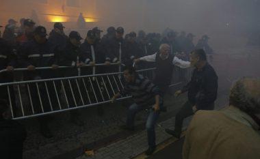 Tiranë: Eskalon protesta e opozitës, protestuesit përleshen me policinë