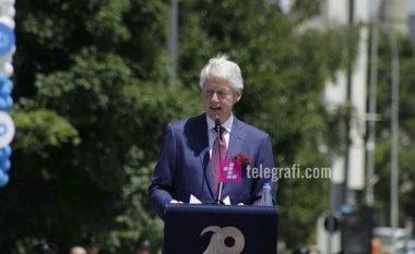 Clinton tregon momentin kur një kamerier shqiptar kishte rënë në gjunjë, për ta falënderuar