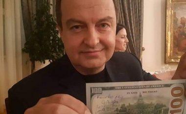 """Fushata serbe në rrjetet sociale, në valutën 100 dollarëshe Daçiq shkruan """"Kosova është Serbi"""" (Foto)"""