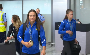 Majlinda Kelmendi rikthehet në Kosovë: Shumë e lumtur me medaljen e artë