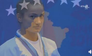Momenti i intonimit të himnit dhe ngritja e flamurit të Kosovës kur Majlinda Kelmendi u stolis me medaljen e artë