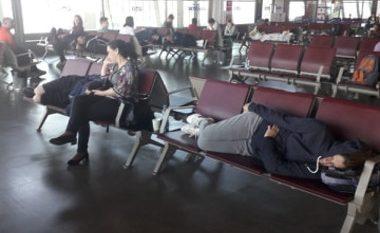 Qindra qytetarë të bllokuar në aeroportin e Shkupit (Foto)
