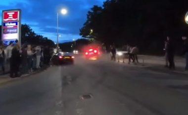 Kishin shkuar për të ndjekur nga afër garën, dy vetura përplasen në Angli - lëndohen 17 persona