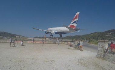 """Fluturon pak mbi kokat e tyre, momenti kur turistët në Greqi """"i lirojnë rrugën"""" aeroplanit"""