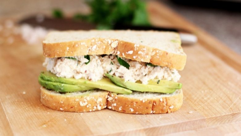 Sandviç i shijshëm me tuna dhe avokado