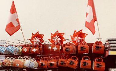 """""""Dita Kombëtare e Zvicrës festohet edhe me simbole shqiptare"""" – vendosja e aksesorëve në një shitore bëhet lajm në mediat zvicerane"""