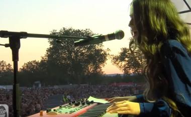 Erza Muçolli shkëlqen para 40 mijë spektatorëve në koncertin madhështor në Francë
