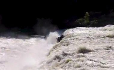 Momenti kur një barkë plot njerëz bie poshtë ujëvarës, pasi 'injoruan shenjat për të mos vazhduar'