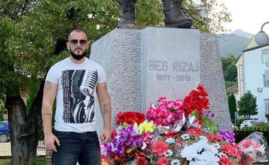 Gold AG fotografohet pranë shtatores së Beg Rizajt në Deçan: Dua të këndoj një këngë për trimin