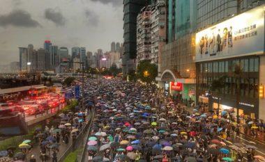 Hong Kong, 1.7 milion njerëz mblidhen në protestë