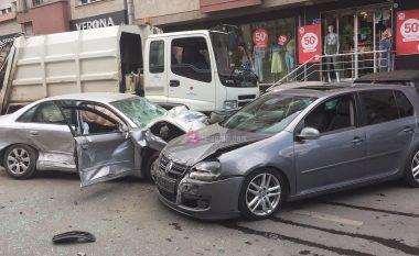 Aksidenti në Prishtinë: Kamioni goditi nëntë vetura, lëndohen tre persona