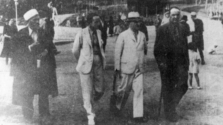 """Foto e bërë në vitin 1943 në Tiranë (nga e majta): Mulla Iljaz Broja (patrioti dhe luftëtar i madh i çështjes kombëtare shqiptare, i vrarë nga partizanët më 1946), Iljaz Agushi (organizator i shqiptarëve për mbrojtjen e Kosovës nga çetnikët, deputet në Parlamentin jugosllav, deputet i shtetit shqiptar dhe Sekretar Shteti i Punëve Botore, që vritet nga komunistët më 1943), Ferhat Draga (patriot dhe intelektual, që vdiq më 1944 duke thënë: """"Komunistat (…), në qafë i paqin Kosovë e Shqypni…!"""") dhe Bedri Pejani (njëri nga nënshkruesit e Deklaratës së Pavarësisë së Shqipërisë ne 1912, i tradhtuar nga komunstitë shqiptarë dhe vrarë nga jugosllavët më 1946)"""