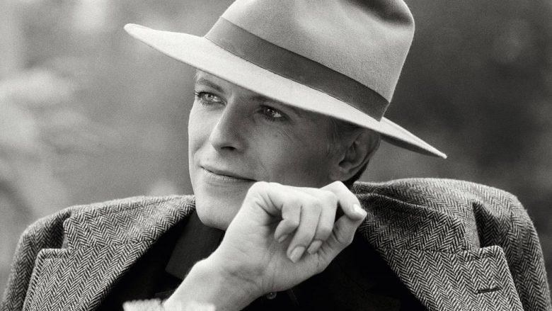 """David Bowie gjatë xhirimeve të filmit """"The Man Who Fell to Earth"""" (foto: Terry O'Neill, 1976)"""
