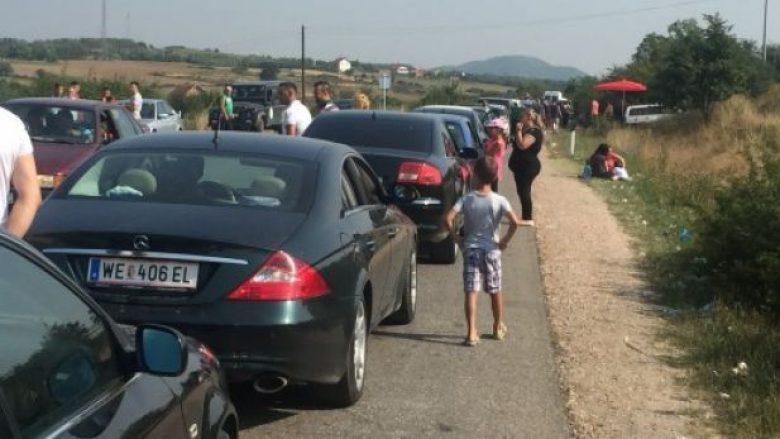 Kolona të gjata në kufi me Serbinë, mërgimtarët po presin 6 orë në Merdare