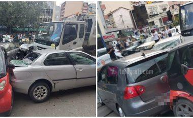 Kamionit i prishen frenat, shkakton aksident me disa vetura në Prishtinë