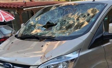 Publikohen pamjet kur Mihal Kokëdhima në Himarë terrorizon turistët spanjollë mbi xhamin e furgonit në ecje