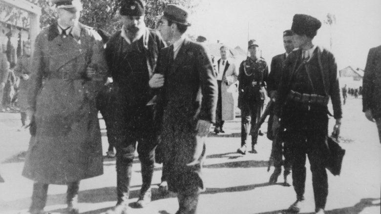 Foto e 20 tetorit 1941, e bërë në Podujevë, ku shihet një oficer gjerman me Kosta Peçancin dhe Xhafer Devën (tre të parët, nga e majta)